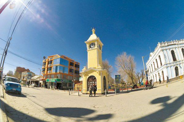 塩湖を楽しむ人々の拠点となるウユニの街